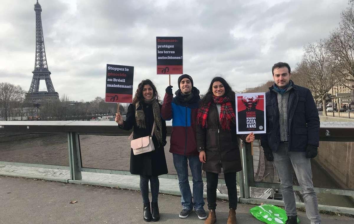 Des sympathisants de Survival en route pour l'ambassade du Brésil à Paris où ils ont remis une lettre appelant le président Bolsonaro à respecter les droits des peuples autochtones.