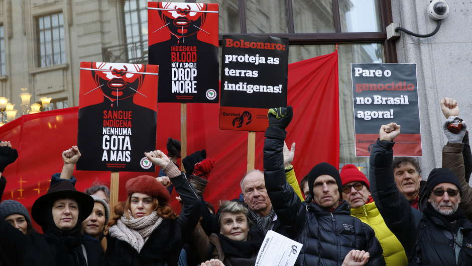 Manifestaciones internacionales de protesta en contra de las políticas anti-indígenas del presidente brasileño Bolsonaro #JaneiroVermelho.