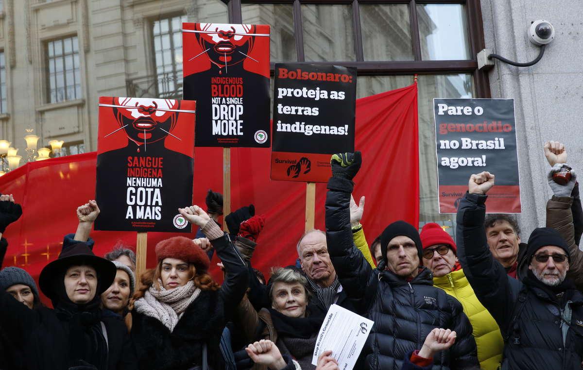 Atriz vencedora do Oscar Julie Christie e manifestantes na Embaixada do Brasil em Londres, pedindo que o Presidente Bolsonaro proteja as terras indígenas e pare o genocídio no Brasil