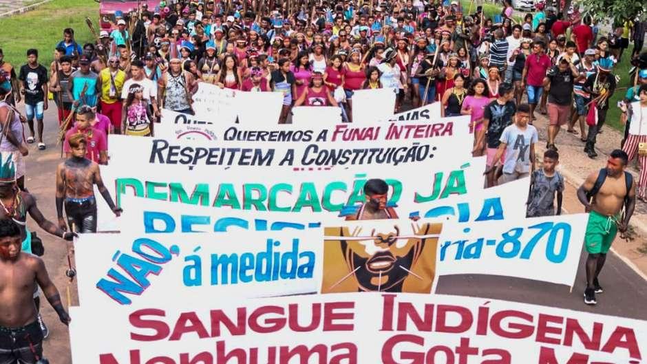 Protestos contra as políticas anti-indígenas do presidente Bolsonaro estão ocorrendo no Brasil e ao redor do mundo
