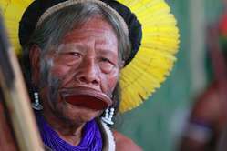 Raoni, leader kayapó. Les Kayapó sont l'un des nombreux peuples dont le mode de vie sera anéanti avec la construction du barrage de Belo Monte.