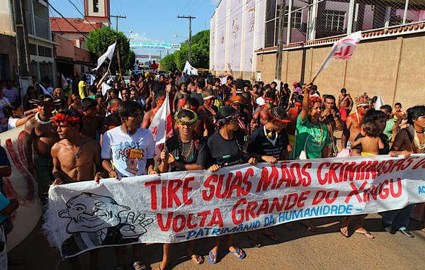 Hunderte Indigenenanführer, Flussanwohner und betroffene Menschen protestieren gegen den zerstörerischen Belo Monte Staudamm.