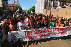 Hunderte Indigene, Flussanwohner und Betroffene protestieren gegen Belo Monte.
