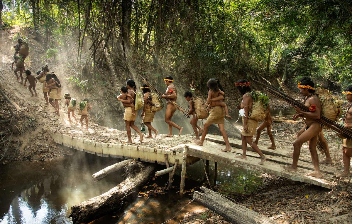 Indígenas awás en una expedición de caza, Brasil