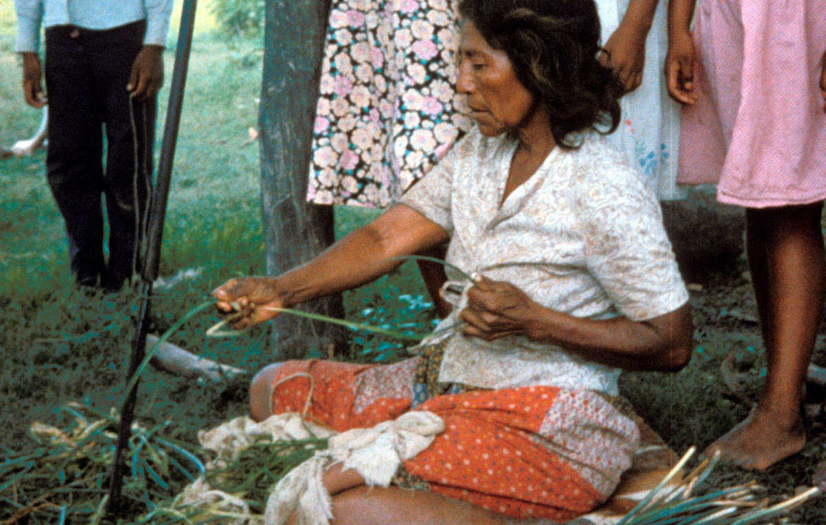 Femme sanapaña fabriquant de la corde avec de la fibre caraguatá, Paraguay