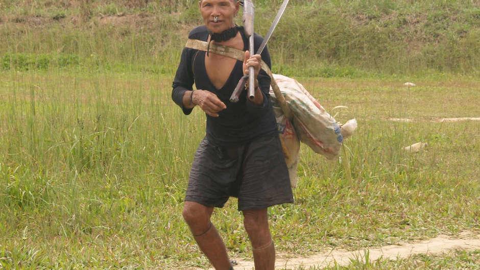 Uma tribo isolada está em perigo por causa de um plano de abolir uma reserva que protege seu território.