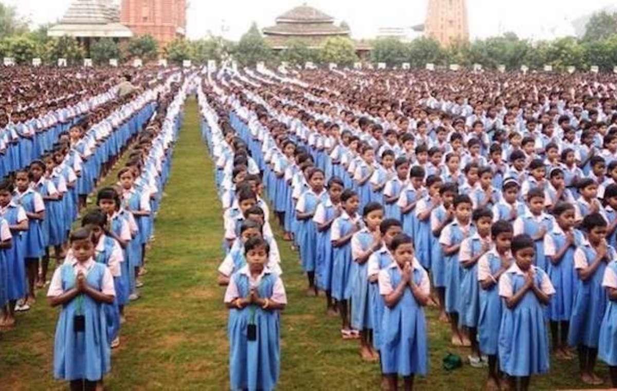 Des enfants autochtones se rassemblent au Kalinga Institute of Social Sciences (KISS), la plus grande école-usine du monde.