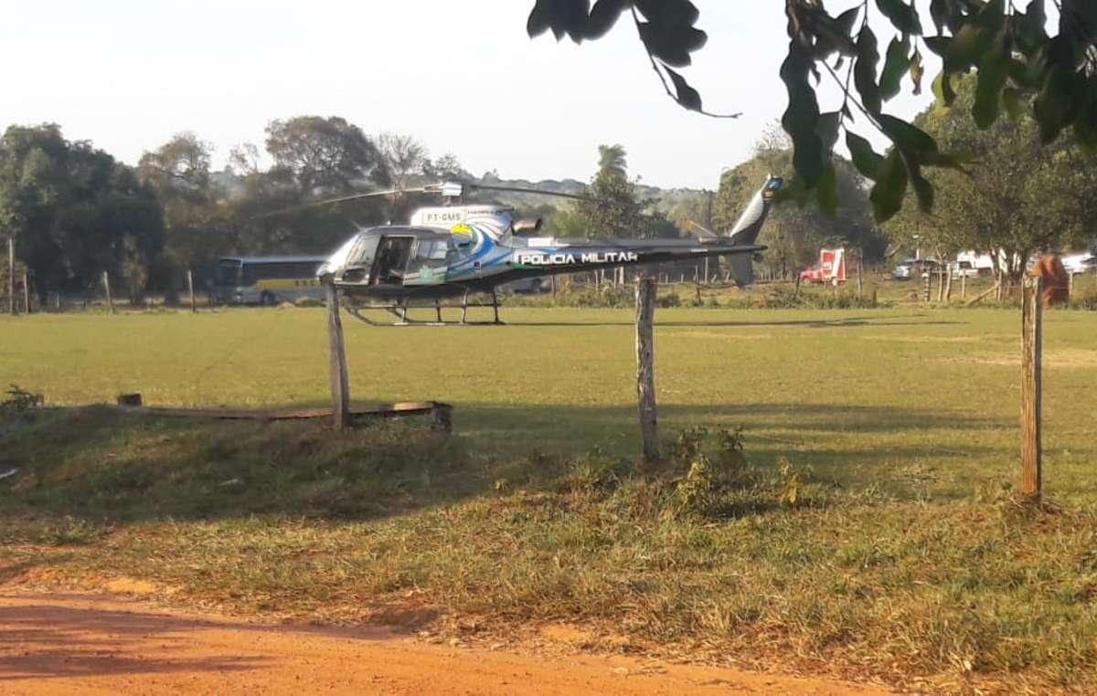 Vídeos mostram policiais chegando em um helicóptero e em muitos carros.