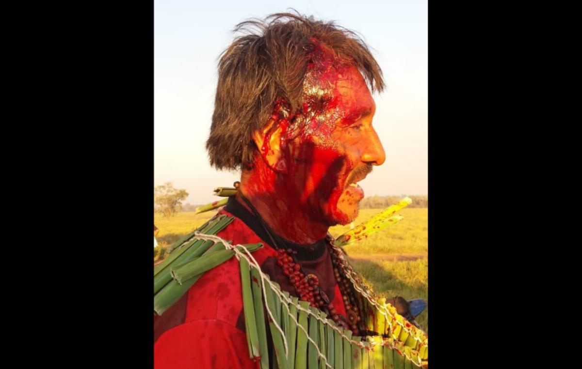 Kinikinawa-Mann blutet mit Kopfverletzungen, nachdem die Polizei seine Gemeinde angegriffen hatte.