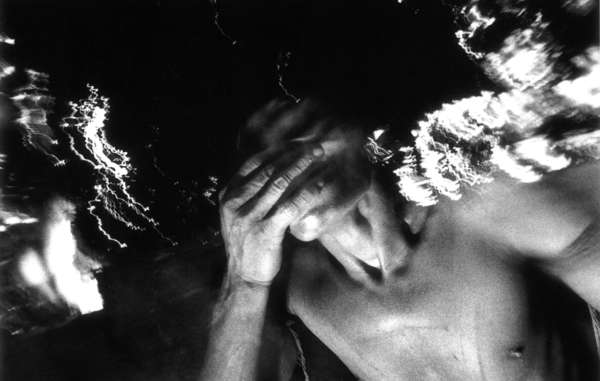 Per entrare in trance, gli sciamani yanomami usano la polvere yakoana, estratta dalla corteccia della virola. Inalano la polvere con una lunga canna detta horoma, ricavata dallo stelo di una palma.
