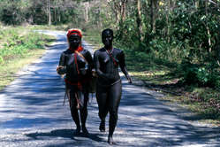 Deux femmes jarawa sur la route nationale Andaman.