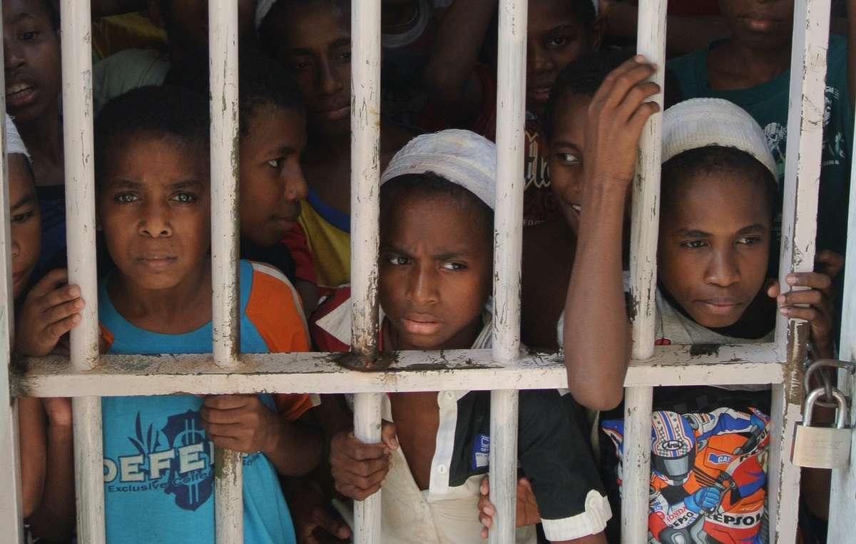 Papuanische Jungen eingesperrt in einer Fließband-Schule in Jakarta. Solche Schulen lehren die Kinder, sich für ihre Identität und Herkunft zu schämen.