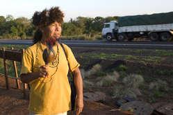 Une femme guarani de la communauté d'Apyka'y campait au bord de la route.