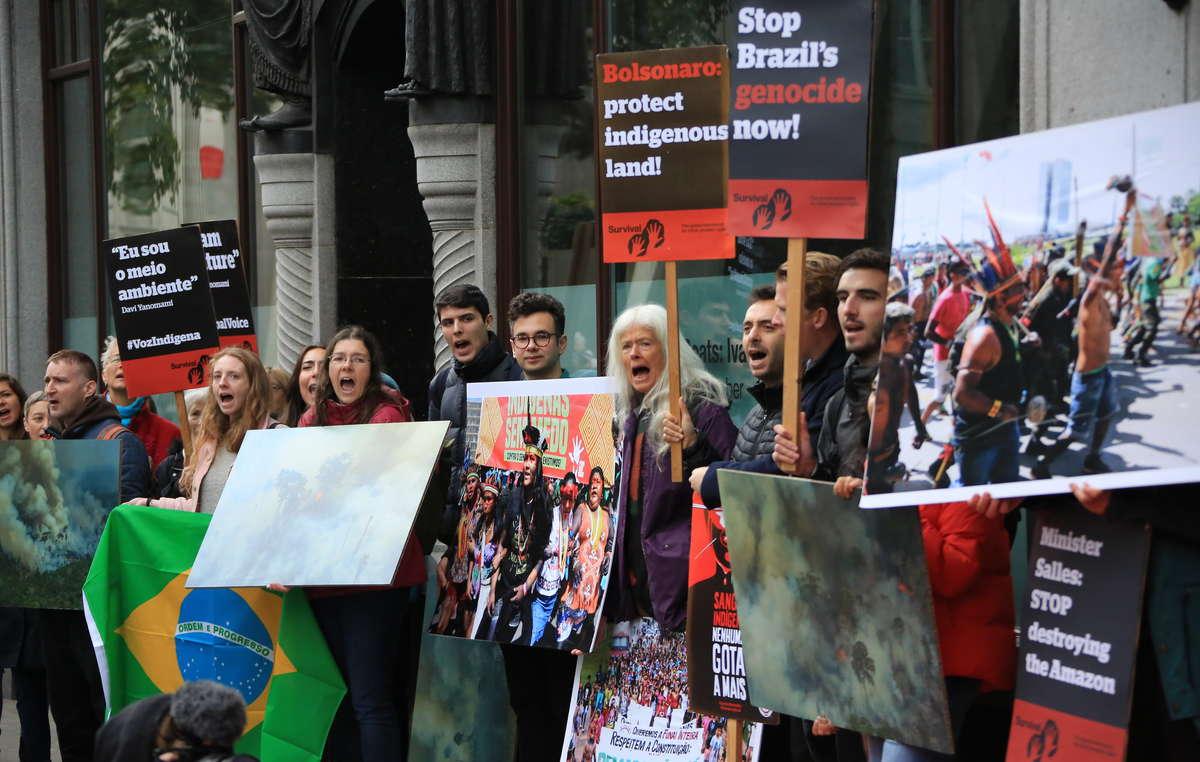 Manifestantes ante la embajada brasileña en Londres, octubre de 2019.