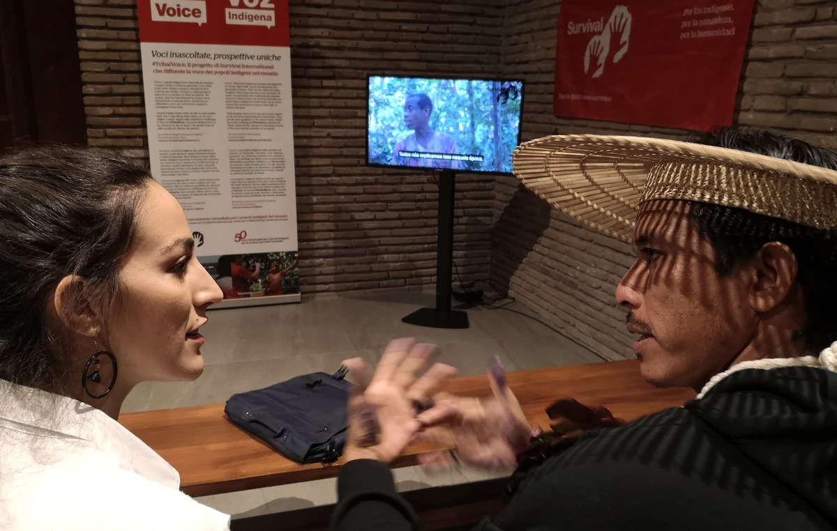 Teresa Martínez, de Survival International, junto al líder indígena brasileño Jeremias Mura, comentan un vídeo de los pigmeos bakas del Congo en el espacio #TribalVoice en