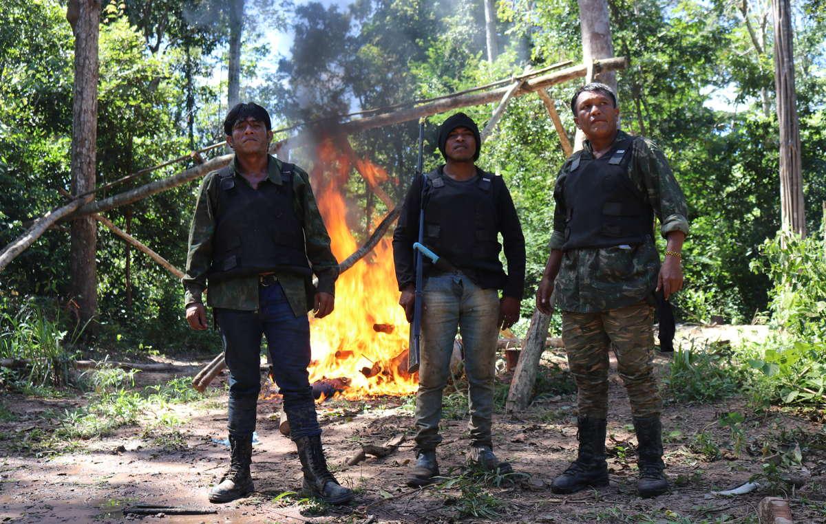 Paulo Paulino (no centro) e Tainaky Tenetehar (à esquerda) destroem um acampamento de madeireiros ilegais em seu território, em uma operação realizada no início do ano.