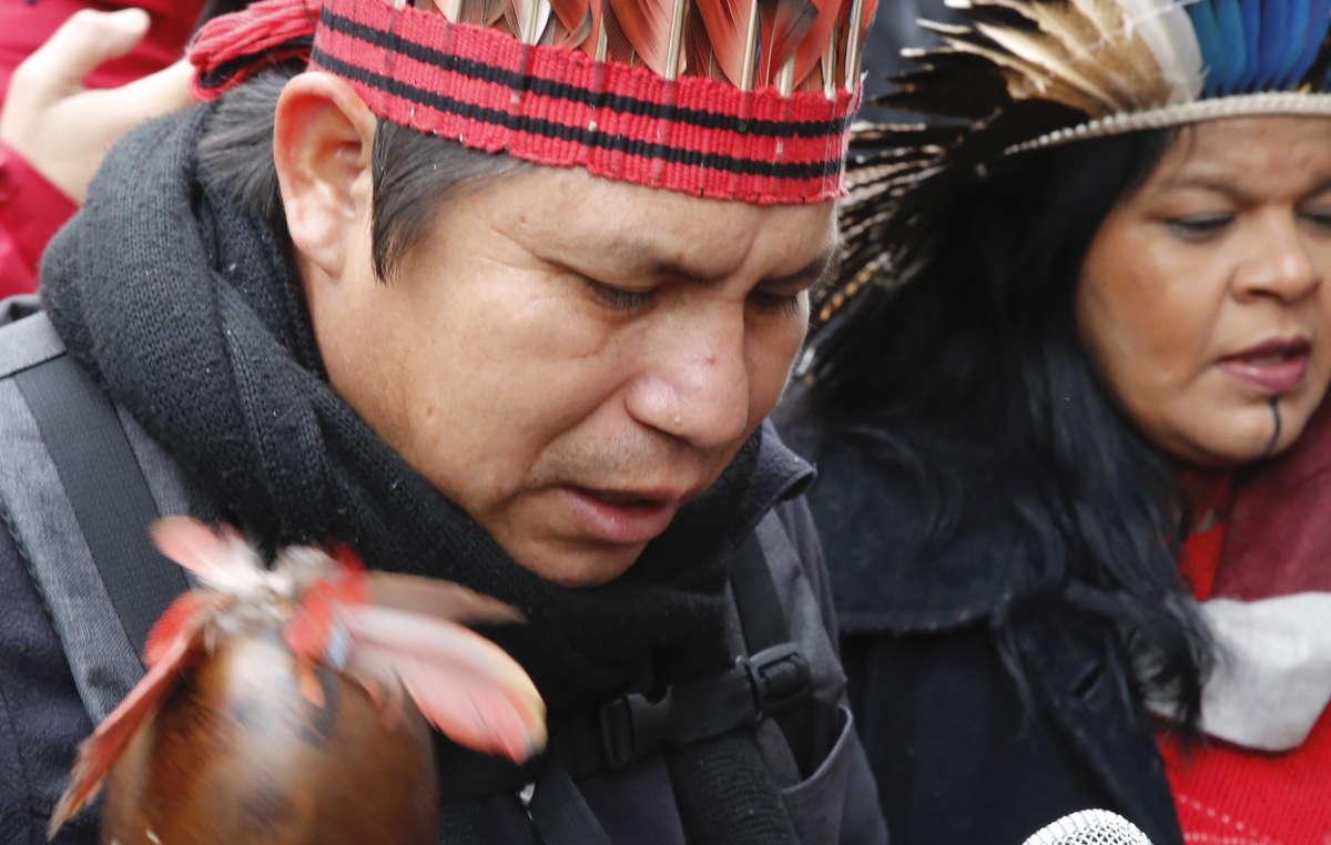 Elizeu Guarani Kaiowá canta em frente a Embaixada Brasileira em Londres