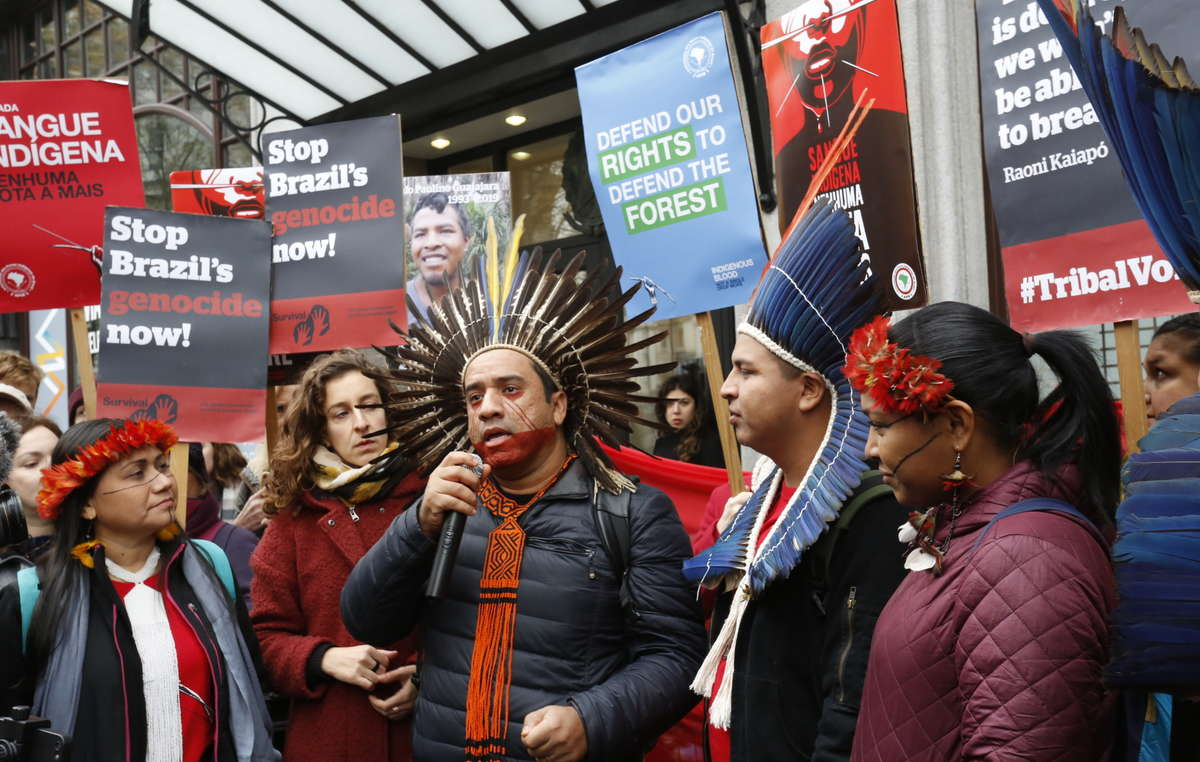 Dinaman Tuxá en la protesta ante la embajada de Brasil en Londres.