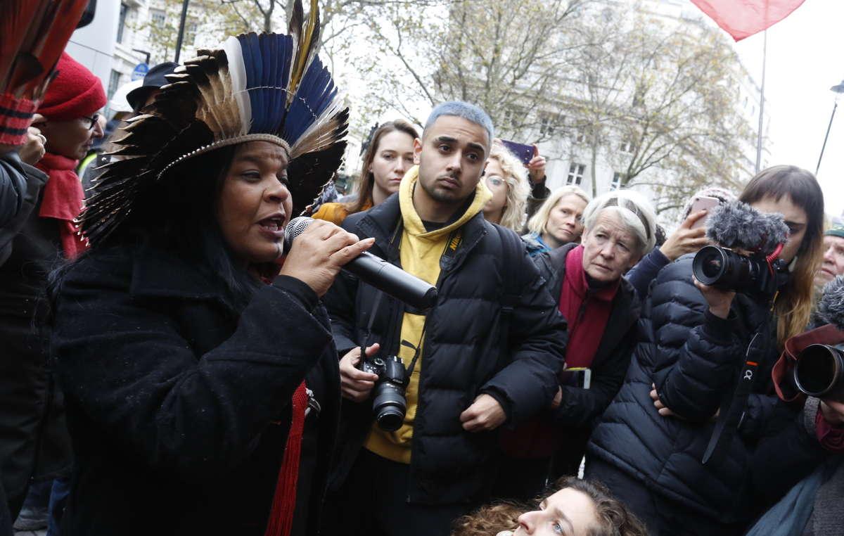 Sonia Guajajara fala em frente a Embaixada Brasileira em Londres