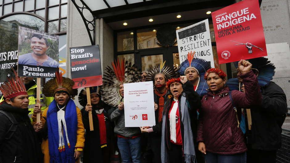 Diez líderes indígenas protestan ante la embajada brasileña en Londres #StopBrazilsGenocide