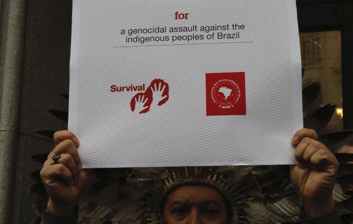 Kreta Kaingang consegna all'Ambasciata brasiliana di Londra il premio razzista dell'anno assegnato da Survival al Presidente Bolsonaro.