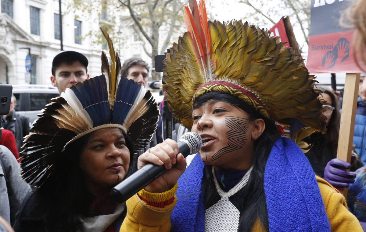 Celia Xakriabá fala no protesto da APIB/Survival em frente a Embaixada Brasileira em Londres