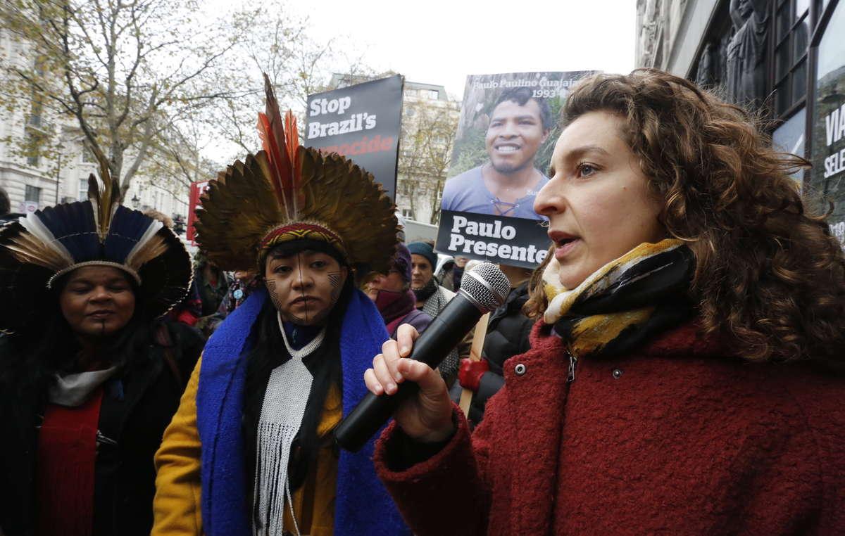 Sarah Shenker da Survival International fala em frente a Embaixada Brasileira em Londres