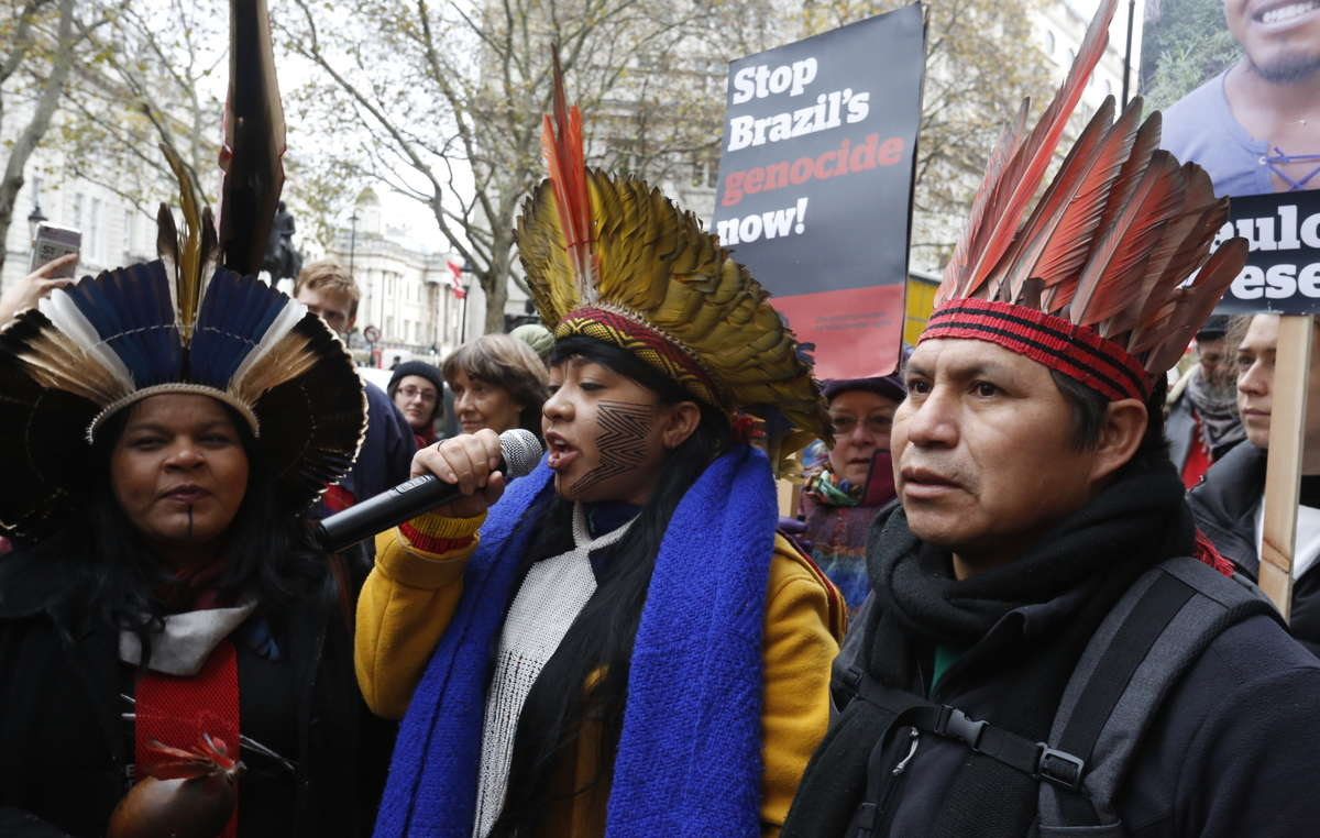 Celia Xakriabá fala em frente a Embaixada Brasileira em Londres