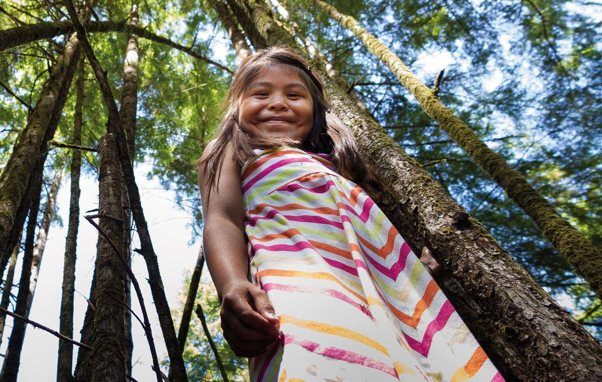 Una bambina Tla-o-qui-aht, British Columbia, Canada, 2014, in uno scatto della fotografa indigena Melody Charlie.
