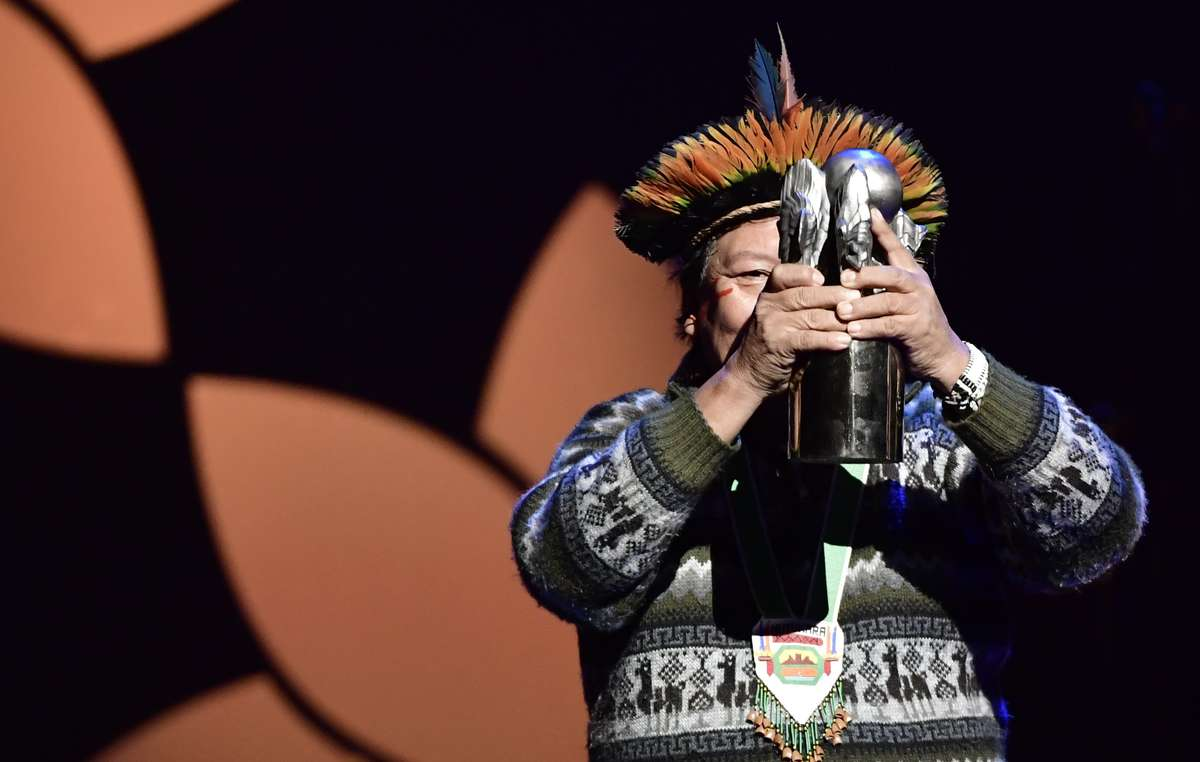 Davi Yanomami tient le Right Livelihood Award.