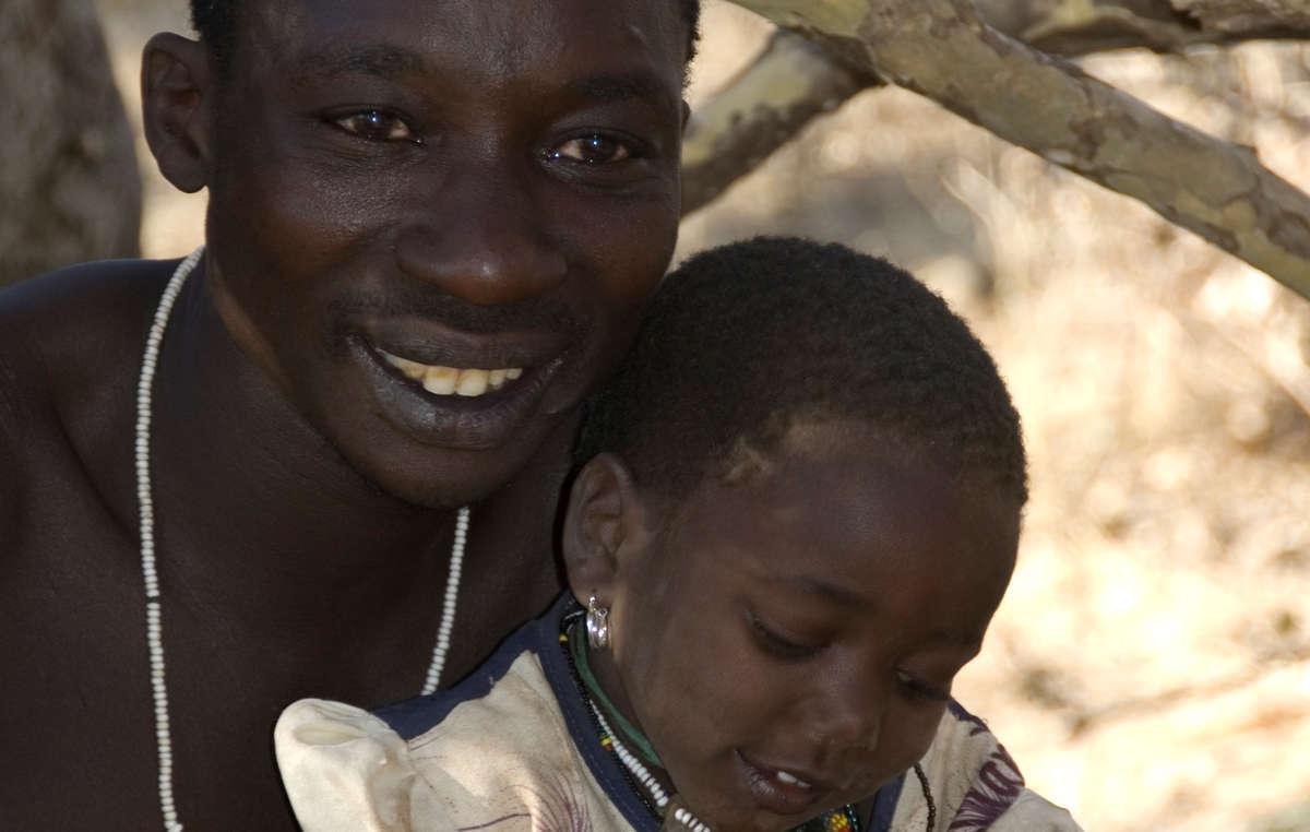 Uomo Hadza con bambino.