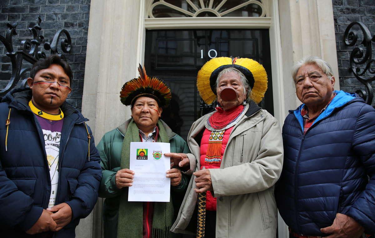 Dario Yanomami, Davi Yanomami, Raoni Metuktire e Megaron Txucarramae consegnano una lettera al numero 10 di Downing Street.