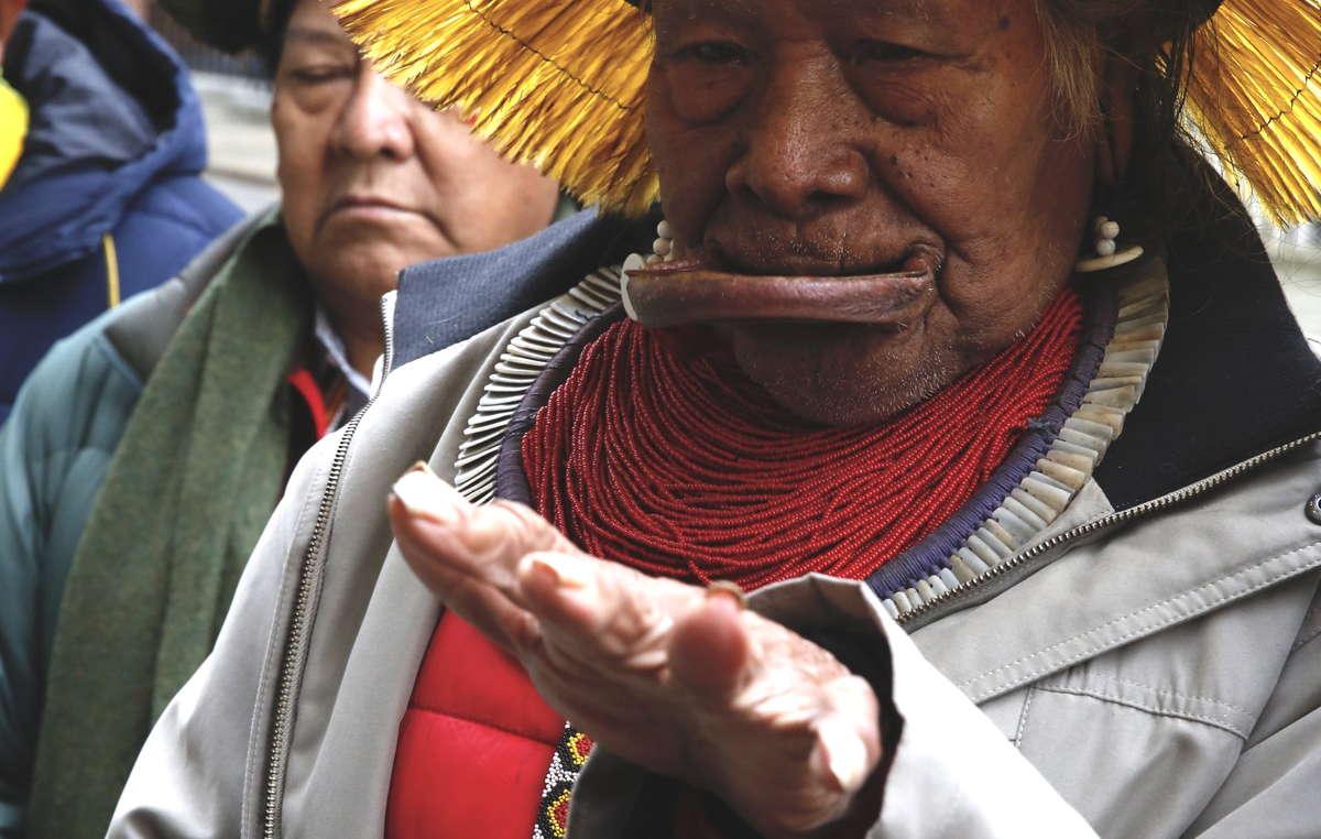 Raoni Metuktire, Davi Yanomami, Megaron Txucarramae, Dario Yanomami remettent une lettre au 10 Downing Street.