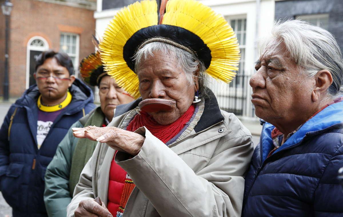 Raoni Metuktire, Davi Yanomami, Megaron Txucarramae e Dario Yanomami consegnano una lettera al numero 10 di Downing Street.