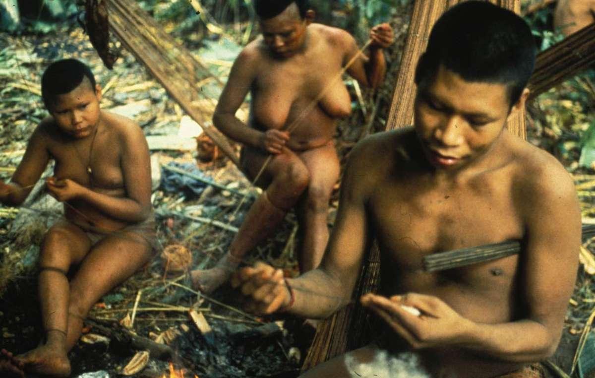 Indígenas nukaks que hasta ese momento se habían mantenido aislados salieron de la selva en los años 80 tras ser obligados a abandonar sus tierras por los violentos grupos armados.