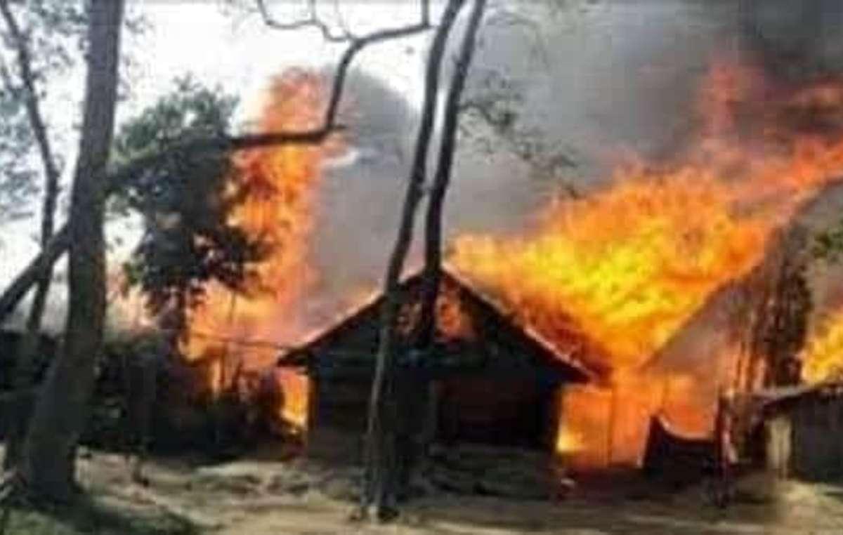 Le autorità del parco e i soldati hanno bruciato anche alcune case chepang e ne hanno distrutte altre, lasciando dieci famiglie senza tetto nella stagione dei monsoni.