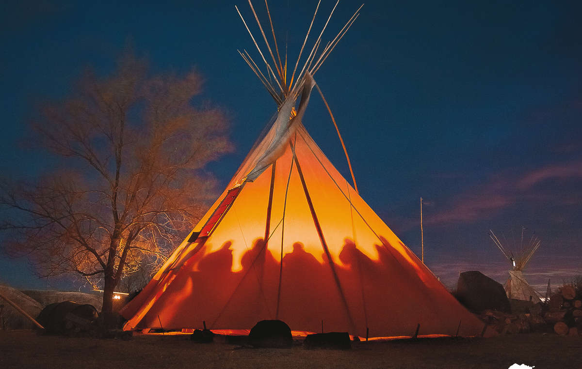 Titelbild des Survival Kalenders 2021. Očeti Šakówiŋ, Standing Rock, USA, 2016 © Tomás Karmelo Amaya/Survival