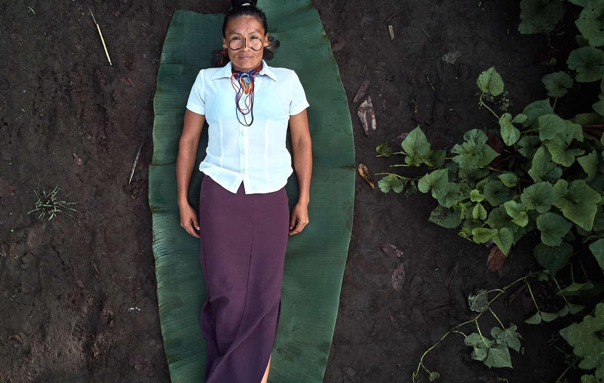 Calendario di Survival 2021, immagine di marzo. Unostetrica achuar nel suo orto, Ecuador, 2020.