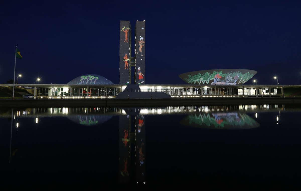 Ieri sono stati proiettati sul palazzo del Congresso brasiliano i disegni degli xapiri, gli spiriti yanomami.