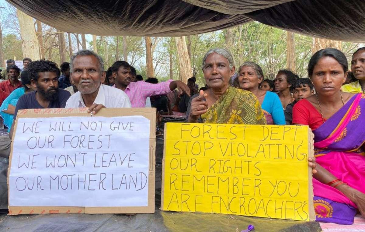 """Indígenas Jenu Kuruba protestam contra o Departamento Florestal e dizem """"pare de violar nossos direitos""""."""