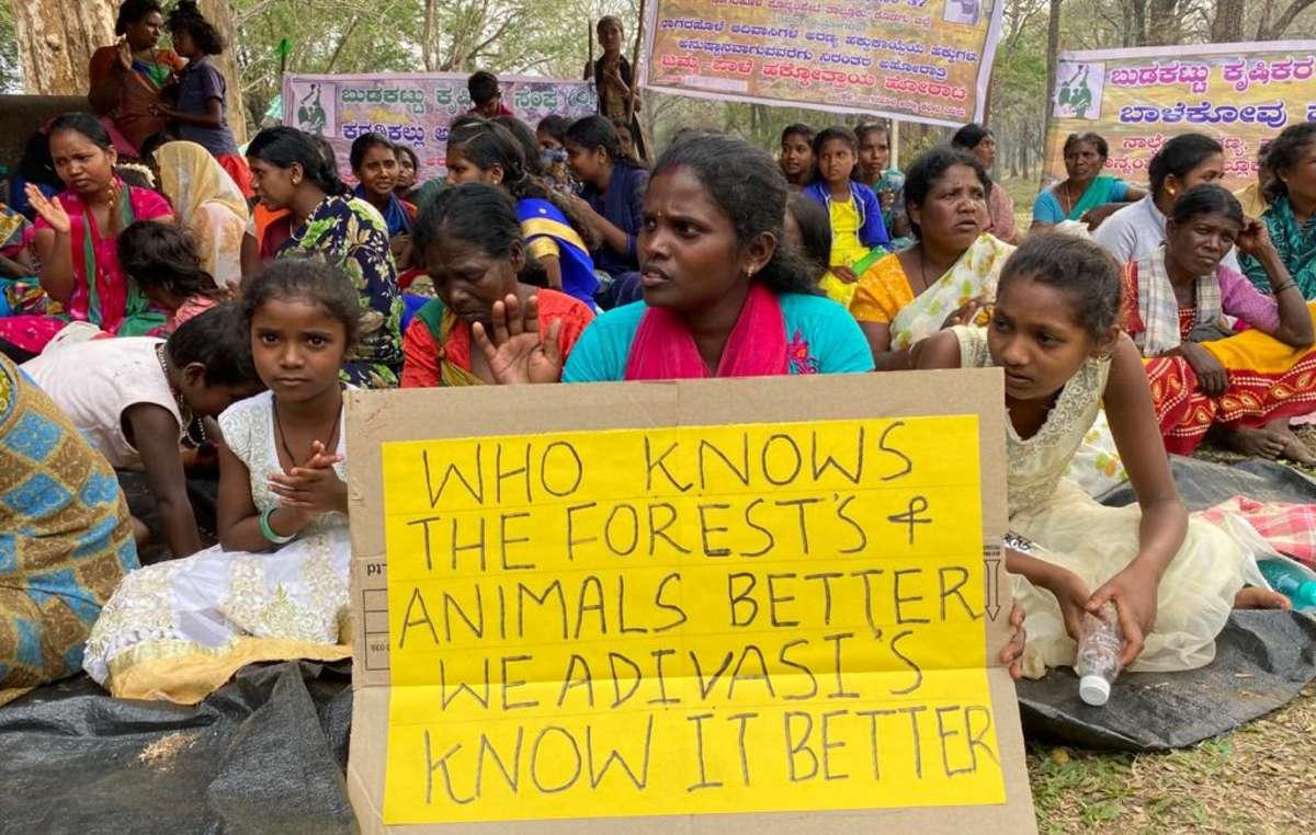 """Angehörige der Jenu Kuruba protestieren in Indien gegen illegale Vertreibungen im Namen des """"Naturschutzes""""."""
