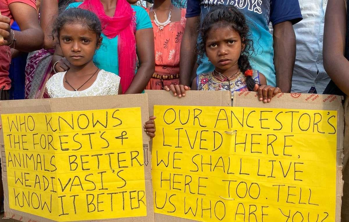 Crianças Jenu Kuruba protestam em frente ao Departamento Florestal de Nagarhole, na Índia.