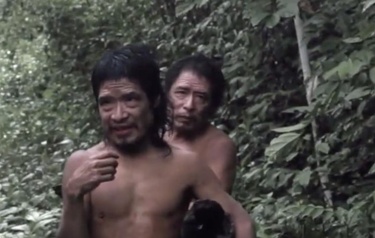 Tamandua e Baita fotografati durante un incontro con una unità del FUNAI. I due uomini Piripkura, che sono zio e nipote, hanno avuto sporadiche interazioni con la squadra locale del FUNAI, e poi sono tornati a vivere nella foresta.