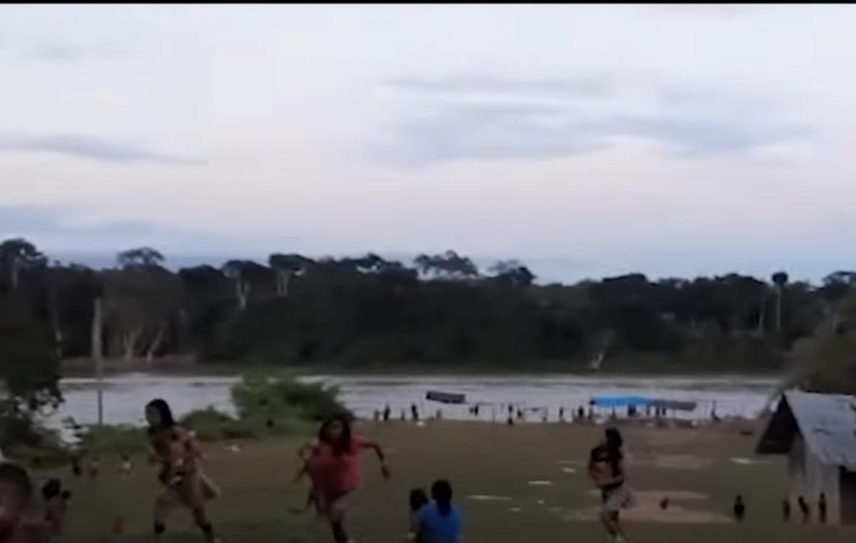 Los yanomamis de la comunidad de Palimiú huyen cuando los mineros ilegales abren fuego contra ellos desde un barco.