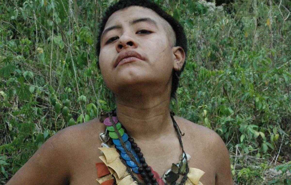 Inuteia, la più giovane donna degli Akuntsu, indossa collane di plastica, ricavate dai contenitori dei pesticidi abbandonati nelle loro terre dagli allevatori.