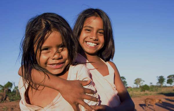Guarani-Mädchen der Takuara-Gemeinde, Heimat des bekannten Anführers Marcos Veron. Er wurde von Viehzüchtern ermordet, nachdem er seine Gemeinde zurück auf ihr angestammtes Land geführt hatte.