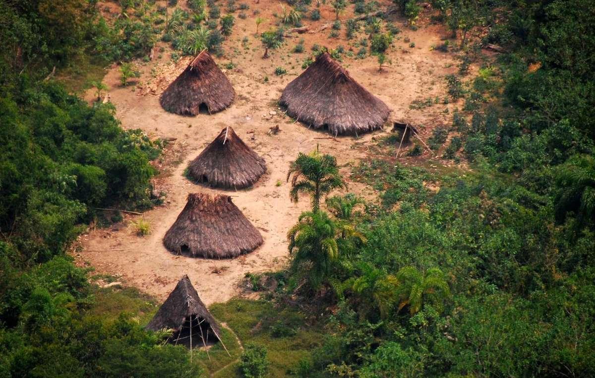 Malocas (casas comunales) de los pueblos indígenas no contactados en Perú.