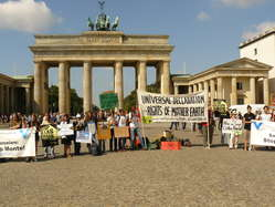 Demonstranten solidarisierten sich in Berlin mit den Protesten von Amazonas-Indianern gegen Belo Monte.
