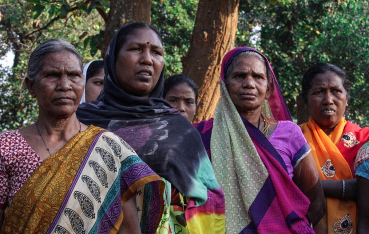 Mujeres del bosque de Hasdeo protestando contra prospecciones mineras en su bosque