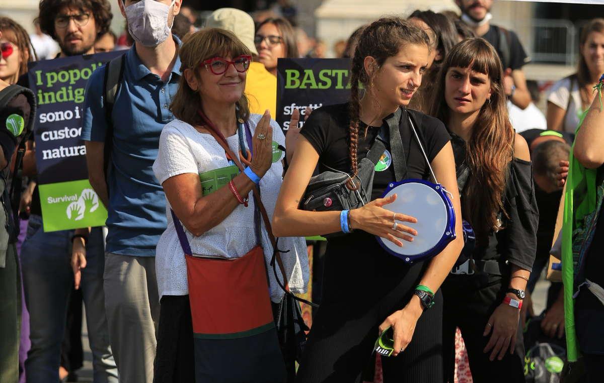 Un momento della manifestazione organizzata oggi dagli attivisti di Survival International, Extinction Rebellion e Diciassette che hanno poi formato una catena umana per sfrattare i milanesi da Piazza del Duomo. Obiettivo: denunciare i crimini compiuti nel nome della conservazione ambientale contro i popoli indigeni.